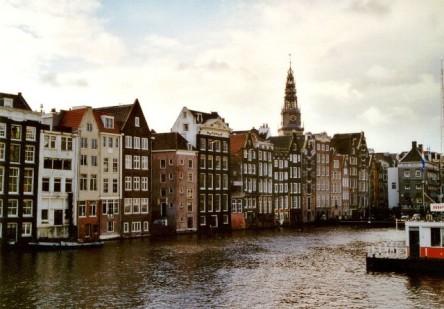 Nét đặc trưng của Amsterdam là những dãy phố cổ kính có kiến trúc giống nhau và kênh đào ở ngay cạnh nhà