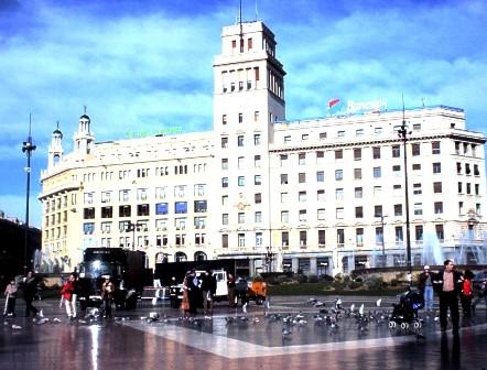 Quảng trường trung tâm Barcelona đông đúc người qua lại và chim bồ câu rất dạn dĩ