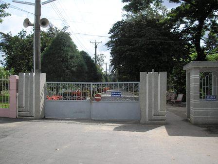 Cổng Lăng cụ Phó Bảng - không dễ nhận thấy, nên phải lấy trường học Nguyễn Thị Lựu ở đối diện làm điểm nhận biết