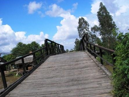Những cây cầu gỗ thế này đầy rẫy ở miền Tây - khi chạy xe qua sẽ nghe 1 dàn âm thanh :)