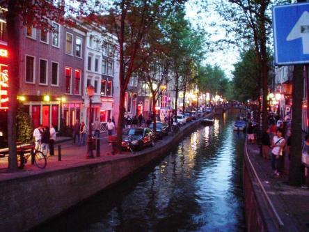Khu đèn đỏ - Red Light District của Amsterdam - hai bên đường là những ô cửa kính với ánh đèn đỏ mờ mờ ảo ảo...