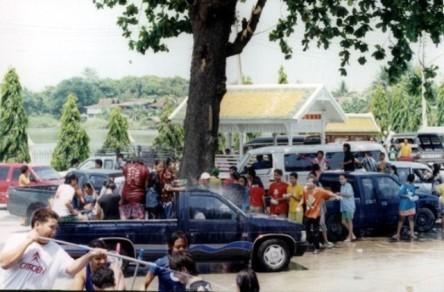 Songkran, vào dịp Tết Thái, 13-15/04 hàng năm. Mọi người tha hồ nghịch nước và làm ướt người khác mà không bị... gì