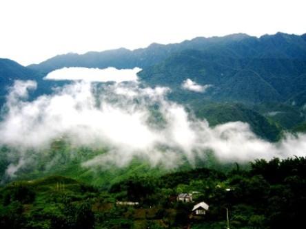 Mây chiều đáp xuống giữa núi đồi - nhìn từ cửa sổ khách sạn