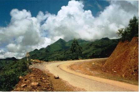 Đường đến Sapa từ Tp. Lào Cai, 2/9 năm 2003, đường còn đang làm. Mây trời trong veo!