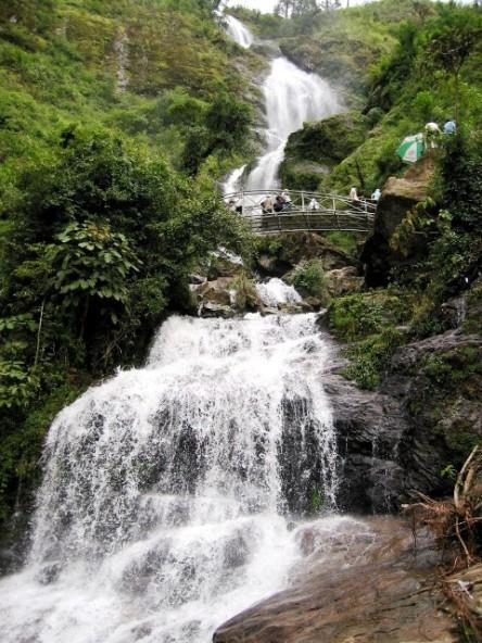 Thác Bạc, ở cách Sapa mươi km dọc theo đường đèo