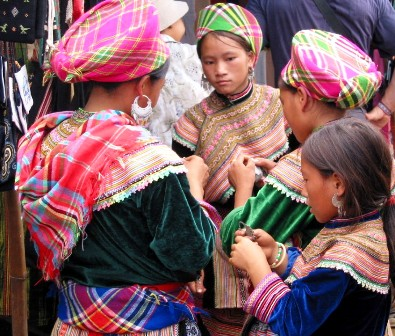 Mua xong rồi thì tụm lại... khoe :) hóa ra phụ nữ dân tộc nào cũng giống nhau nhỉ :)