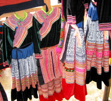 Trang phục phụ nữ H'Mông