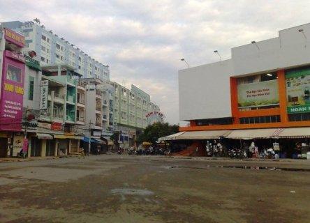 Chợ Bà Hom, sáng sớm gần 7 giờ sáng còn vắng hoe. Cách bùng binh Phú Lâm khoảng 1km.