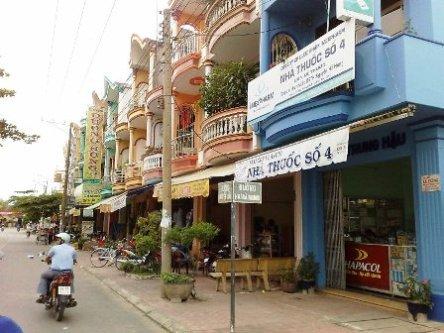 Phố xá thị trấn Tam Nông, khá phát triển so với các thị trấn nói chung