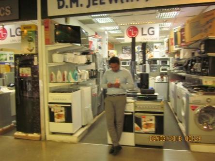 Cửa hàng điện gia dụng trong sân bay
