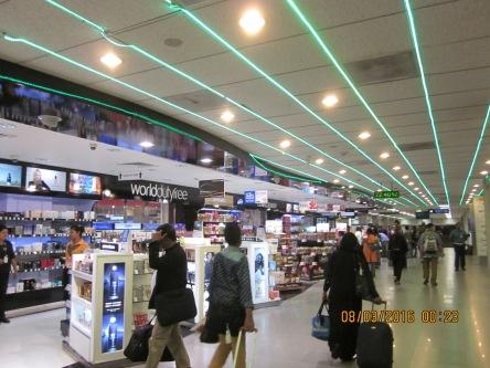 Sân bay ở Negombo - Sri Lanka, bán rất nhiều hàng miễn thuế.