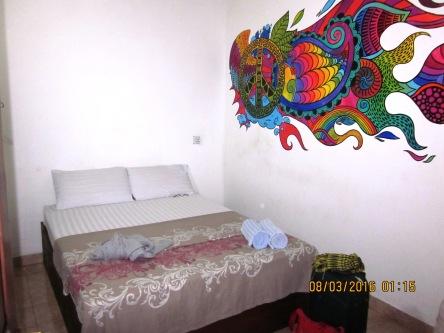 Phòng trọ ở Hostel, chỉ có giường, quạt. Toalet dùng chung. Giá $25/đêm/2 người.