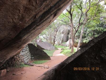 Lưng chừng đường leo lên Lion Rock ở khu Di sản Thế Giới sigiriya. Rất đẹp!