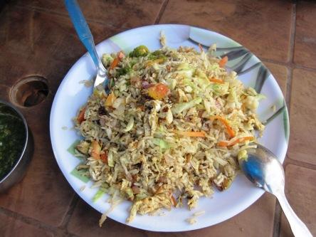 Dĩa cơm chiên với trứng, cải bắp, cà rốt, rất ngon và rẻ
