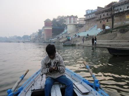 Cậu bé chèo thuyến ở sông Hằng, Varanasi