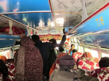 Xe bus địa phương từ Lâm Tỳ Ni đi Bhaiharawa khoảng 30km