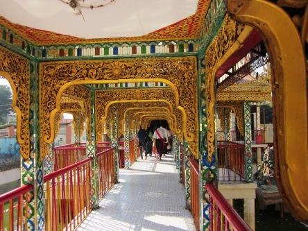 Hành lang ở chùa  thôi mà đẹp thế đấy