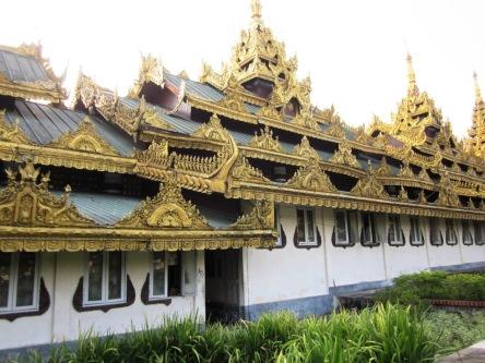 Hành lang đi lên chùa Shwedagon