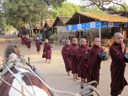 Các chú tiểu đi khất thực sáng sớm ở Bagan