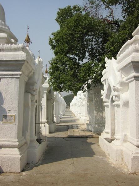 Mỗi cái tháp nhỏ chứa một tảng cẩm thạch khối khắc Kinh Phật