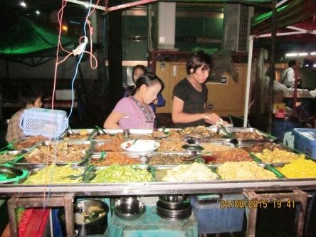Bán cơm đủ món ở chợ đêm
